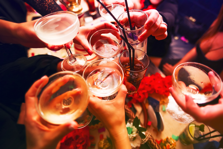 ¿Cómo el consumo excesivo de alcohol causa presión arterial alta?